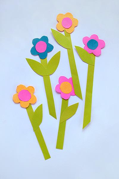 Из различной цветной вырежьте цветочки с 5-ю лепестками, сделайте сердцевину. .  Приклейте на бумагу, чтоб цветы...