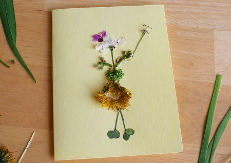 Самодельная открытка живыми цветами, надписью